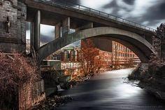 auf und unter der Brücke im Wuppertal, über der Wupper