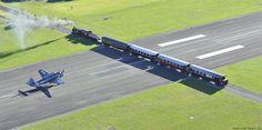 Aeropuerto de Gisborne, Nueva Zelanda, el avión cede el paso al tren.