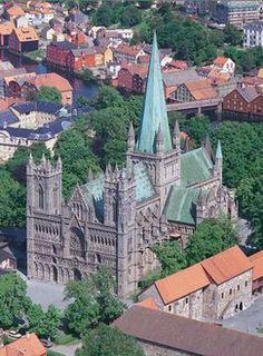 Catedral de Nidaros, Trondheim, Noruega. Construida entre el s.XII y el XIV, combina el estilo romanesco con el gótico y es destino de miles de peregrinos de Europa del Norte