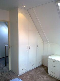 Zolderkamer met kast en bureau
