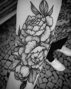 Tatuagem criada por Danilo Sales de São Paulo. Flores em blackwork. #tattoo #tatuagem #art #arte #tattoo2me #blackwork #flor