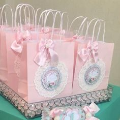 Bellas bolsas de papel con blondas - Dale Detalles Baby Shower Parties, Baby Boy Shower, Party Bags, Party Favors, Decorated Gift Bags, Diy And Crafts, Paper Crafts, Ballerina Party, Goodie Bags