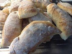 """""""Ett fantastiskt bröd!"""" Så säger Anna Bergenström i sin bok Annas mat om det här brödet. Jag är benägen att hålla med. Lätt att göra och passar till många tillfällen, morgonkaffet, eftermiddagsteet, till soppa, till fyllda mackor, till picknic, till buffé, kalas med mera! Jag hade det till fredagsmyset nu i fredags och alla blev … Raw Food Recipes, Vegetarian Recipes, Cooking Recipes, Breakfast Time, Breakfast Recipes, No Bake Snacks, Hot Cross Buns, Cheap Meals, Bread Baking"""