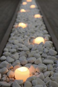 Lined up candle lights in a bed of grey pebble stones Pebble Landscaping, Small Backyard Landscaping, Backyard Patio, Pebble Patio, Modern Garden Design, Backyard Garden Design, Patio Design, White Pebble Garden, Backyard Makeover