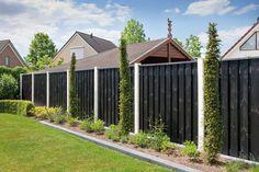 tuinscherm met betonpalen - zwart tuinscherm - tuinafscheiding