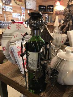 A la montagne il n'y a pas que le ski, on adore pécher aussi ! Voici une façon originale de présenter vos bouteilles :) #vin #déco #bouteille #poisson #pêche #montagne