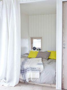 Kryp in. Skilj av sovrummet med sängen bakom ett draperi. Linnegardin, 499 kronor per par, linnelakan Linblomma, 699 kronor, båda från Ikea. Beige linnekudde med handtag, 375 kronor, Axlings. Övrigt privat.