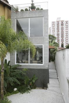 A contemporary design where the humble concrete block is the hero. Vertical spaces tied together by a sliver of white steel. A cool spot in a tropical clime. Casa Pacaembu by São Paulo based AMC - Arq Minimalist House Design, Small House Design, Modern House Design, Contemporary Design, Future House, My House, Design Exterior, Narrow House, Le Havre
