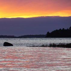 Ei kovin jouluista mutta silti kaunistaSunset in Helsinki . . . #auringonlasku #itämeri #kasinonranta #lauttasaari #meri #luontokuva #luonto #joulukuu #visithelsinki #myhelsinki#helsinki #nelkytplusblogit #sunset #balticsea #reflection #december #thisisfinland #finland #colorful #nature #nature