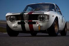 Het meesterwerk van Carlo Chiti en Autodelta, goed voor honderden raceoverwinningen. Een onbetwist hoogtepunt in de geschiedenis van Alfa Romeo. Maak kennis met Alfa Romeo's geweldige lichtgewicht, de GTA. Het is allemaal begonnen met een kolossale crash. Die ontwikkelde zich eerst tot een familiedrama, maar vervolgens tot een kans, met als schitterend eindresultaat een van de meest geliefde en succesvolle Alfa Romeo's aller tijden, de Giulia Sprint GTA. Hij rijdt niet alleen geweldig, hij…