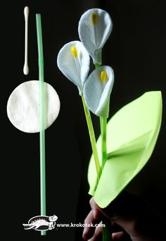 DIY calla lilly with drinking straws, cotton buds, and cotton (Diy Decoracion Flores) Flower Crafts, Diy Flowers, Fabric Flowers, Paper Flowers, Flower Diy, Preschool Crafts, Easter Crafts, Crafts For Kids, Projects For Kids