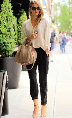 Street Style  Te animamos a que copies su street style porque Rosie Huntington-Whiteley no puede ir mejor... Camisa de seda nude oversize con pantalones negros anchos remangados, maxigafas y complementos nude.