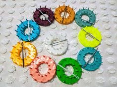 DIY Flower Loom Technique Round Loom Tool How to make Shapes Handmade Design, Handmade Shop, Handmade Gifts, Loom Flowers, Diy Flowers, Round Loom, Acrylic Wool, Different Shapes, Flower Making