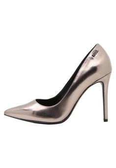 ¡Consigue este tipo de zapatos de salón de Karl Lagerfeld ahora! Haz clic para ver los detalles. Envíos gratis a toda España. KARL LAGERFELD MANOIR HI COURT SHINE Zapatos altos dark silver metallic: KARL LAGERFELD MANOIR HI COURT SHINE Zapatos altos dark silver metallic Zapatos   | Material exterior: piel, Material interior: piel de imitación, Suela: fibra sintética, Plantilla: cuero | Zapatos ¡Haz tu pedido   y disfruta de gastos de enví-o gratuitos! (zapatos de salón, salon, court,...