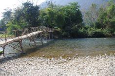 Лаос - пьяная деревня Ван Виенг. Мостик через пьяную горную речку