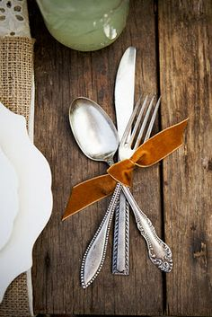 This is such a subtle yet elegant addition to your thanksgiving table. Vintage s… This is such a subtle yet elegant addition to your thanksgiving table. Vintage silverware with a fall colored bow. Estilo Tropical, Thanksgiving Diy, November Thanksgiving, Festa Party, Deco Table, Velvet Ribbon, Lace Ribbon, Decoration Table, Place Settings