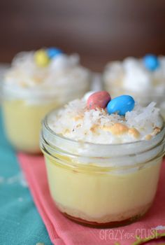 Easter Mason Jars - Spring Mason Jars - Coconut Cream Pie in a Jar - Looking for the perfect Easter dessert? Try this coconut pudding, topped with a make-shift nest of coconut flakes and candy eggs. Mason Jar Desserts, Mason Jar Meals, Meals In A Jar, Köstliche Desserts, Delicious Desserts, Dessert Recipes, Yummy Food, Mason Jars, Jar Recipes