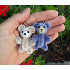 Porte-clé ours miniature 5cm - unoursdansmamaison.com Love Bear, Bears, Creations, Miniatures, Teddy Bear, Christmas Ornaments, Holiday Decor, Key Pouch, Group