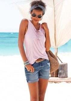 Die Jeansshorts von Buffalo London mit cooler Used-Optik und leichten Destroyed-Effekten lässt sich super mit einem Bikini kombinieren! Ab an den Strand, Mädels!