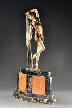 Родился в Румынии 16 сентября 1886 года, в 1909 году отправился в Италию. Учился у скульптура Раффаелло Романелли. В 1912 году Чипарус эмигрировал в Париж, где посещал…