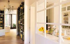 La LIBRERIA a medida en verde* destaca sobre el blanco de carpinterias y paredes. Una casa de estilo nórdico en blanco y verde · ElMueble.com · Casas