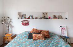 Quarto com ares vintage e uma seleção de objetos garimpados em antiquários. Veja mais em www.historiasdecasa.com.br #todacasatemumahistoria #vintage #bedroom