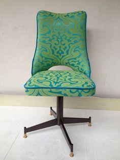 Cadeira giratória antiga repaginada.Ficou linda.Perfeita para usar na sua mesa de trabalho ou na cozinha, sala de jantar. R$ 490,00