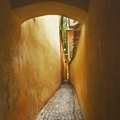 The narrowest street in Romania #ropestreet #brasov #architecture #oldtown #narrow #street #romania #holiday #summer @nicoleta.r.s