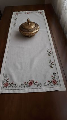 This Pin was discovered by Ays Knitting Stitches, Embroidery Stitches, Table Runners, Bed Sheets, Diy And Crafts, Cross Stitch, Artisan, Floral, Pattern