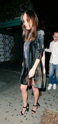 Dakota Johnson ontem 22.04 deixando o aniversário de Jennifer Meyer em West Hollywood.