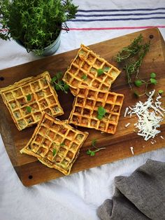 Salty waffles are brilliant to use for sandwiches, wraps or even hot dogs and these onion waffles were delicious. I have a thing for onion these days. I might have to make a portion of the crispy o… Breakfast Waffles, Pancakes And Waffles, Love Food, A Food, Food And Drink, Tefal Snack Collection, Cheddar, Onion Bread, Gluten Free Waffles