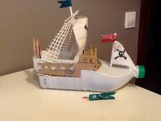 Cosas de mamás y peques: Barco pirata con material reciclado Boat Crafts, Camping Crafts, Fun Crafts, Diy And Crafts, Hand Crafts For Kids, Recycled Crafts Kids, Diy For Kids, Cardboard Crafts Kids, Cardboard Toys