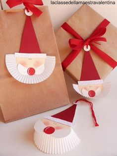 kids craft for Christmas - paper craft Santa Claus with muffin paper Noel Christmas, Christmas Paper, Winter Christmas, All Things Christmas, Christmas Ornaments, Christmas Name Tags, Christmas Labels, Christmas Activities, Christmas Projects
