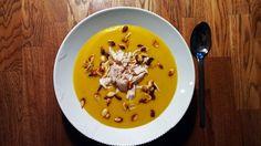 Græskarsuppe er en af efterårets skønneste supper. Denne græskarsuppe er lavet på friske hokkaido græskar, er let at lave, og den smager vidunderligt.