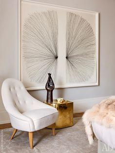 Фрагмент спальни. Золотой столик сделан по дизайну Джонатана Адлера. Картина Уильяма Анастаси.