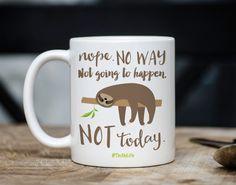 Taza de pereza: . no va a suceder. hoy no. #SlothLife  ---SOBRE MIS TAZAS---  Taza son cerámica profesionalmente impreso de alta calidad blanco. Vienen en un tamaño estándar 11 onzas o un tamaño jumbo 15 onzas. Tazas son microondas y lavavajillas.  ---PERSONALIZAR SU TAZA---  En la nota a la sección del vendedor en la comprobación, déjeme por favor saber si usted tiene alguna petición especial. De lo contrario, voy a hacer lo ve como la foto con la imagen en el frente y la espalda…