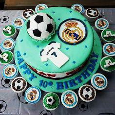 Ronaldo and real madrid cake - Google Search Soccer Cookies, Soccer Ball Cake, Cupcake Cookies, Torta Real Madrid, Soccer Birthday Parties, Sports Birthday, Real Mardid, Ronaldo Soccer, Jake Cake