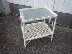 Pieni, valkoiseksi maalattu rottinkipöytä. Ehjä ja tukeva, lasi ehjä, maalipinnassa kulumaa.  Koko 44 x 34 cm, korkeus 51 cm.   30 euroa.