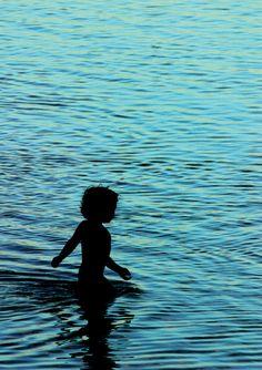 La Réunion - Lorsque l'éclat du jour s'estompe, que les reflets dorés du couché disparaissent, alors vient un moment fugace ou le bleu règne en maître sur le lagon ... pendant cet instant des ombres glissent à la surface de l'eau.  A votre tour de nous dire où se trouvent les plus belles couleurs de la Réunion, devenez coproducteur sur http://www.touscoprod.com/reunion