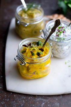En burk med gul vegansk saffranssill gjord på aubergine