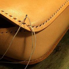 Instagram media by daisukenshin - Leather Bag 小さめの鞄です この辺りから 縫いづらくなってきます #leather #leathercraft #leatherwork #handmade #handcut #handsewn #handcrafted #leatherbag #革細工 #革小物 #手裁ち #手縫い #鞄 #革物工房大輔 #レザークラフト