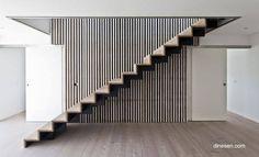 Moderna escalera contemporánea en Dinamarca consistente de escalones