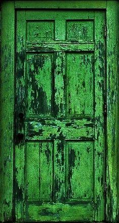 Una puerta de madera en muy mal estado :-)