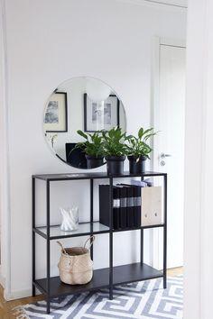Hallen ska vara vit med en rund spegel ovanför helst en liknande förvaringsak för väskor och skor