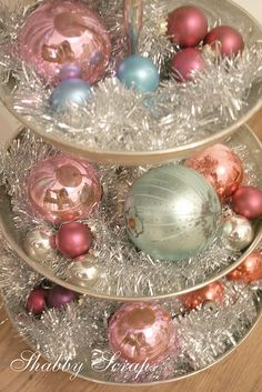 great shabby chic Christmas decor with tinsel & baubles-very pretty table centrepiece. Noel Christmas, Victorian Christmas, Vintage Christmas Ornaments, Retro Christmas, White Christmas, Christmas Ideas, Christmas Balls, Christmas Mantles, Christmas Tree Tinsel Garland