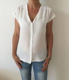 Maya blouse restyled with V-neck model of the collar copied to the pattern of blouse Donna – The Victor House May-June 2016 - Diy Blouse, Sewing Online, Simple Wardrobe, Couture Sewing, Satin Blouses, Couture Tops, Blouse Patterns, Blouse Designs, Blouse Styles