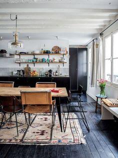 Parquet noir dans cette cuisine au style industriel et rétro.