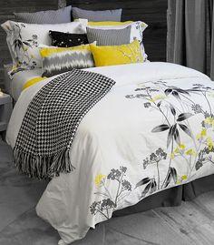 Délicates et finement brodées ces fleurs de mimosa et le motif de feuillage en noir d'inspiration 'pochoir' donne parfaitement l'équilibre entre un style sophistiqué et une touche de féminité toute douce.