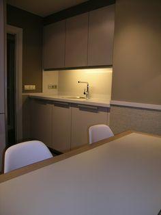 Lavadero integrado en office, cocina santos modelo ariane color arena, con tirador especial de aluminio. Paredes revestidas en vinilo by SMSTUDIO
