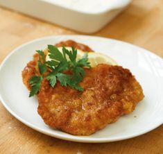 Paniertes Schnitzel///  Das perfekte Schnitzel Wiener Art hat eine buttrige Kruste, darunter saftiges Schweinefleisch. Genauso, nur mit Kalbsschnitzel, können Sie Wiener Schnitzel zubereiten. /Die ideale Schnitzel-Kruste ist knusprig, hat einen buttrigen Geschmack und hält das Fleisch im Inneren schön saftig. Hier gibt es die Anleitung zum perfekten Schnitzel Wiener Art, das mit Kalbfleisch zum echten Wiener Schnitzel wird.